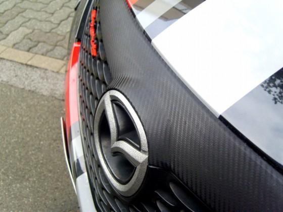 """Karbonfolierung, Emblem in """"Granit-Optik"""" gestaltet..."""
